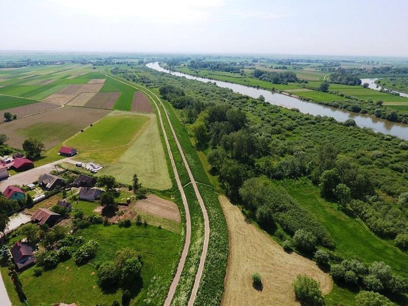Wiślana Trasa Rowerowa - Ujście Dunajca. Zdjęcie z lotu ptaka - źródło grafiki: https://www.malopolska.pl/narowery/trasyrowerowe/velomalopolska/wislana-trasa-rowerowa.